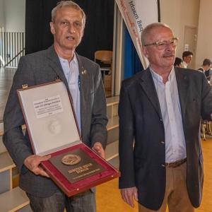 Jörn Esemann und Dr. Jürgen Mantell, Präsident des HSB, mit dem für besondere Verdienste des Nienstedtener Turnvereins übergebene Walter-Kolb-Schild